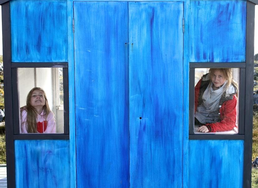 En blå hytte. F.v Silje Johannesen og Karoline Emberland.