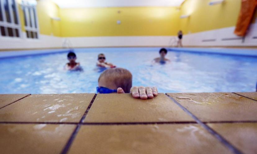 Det er bare barneskolebarn som bruker bassenget