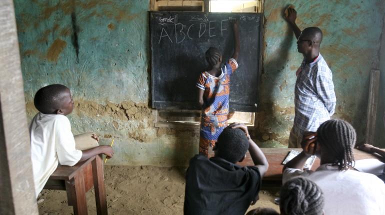 Barn lærer å skrive og lese på skolen i Liberia.