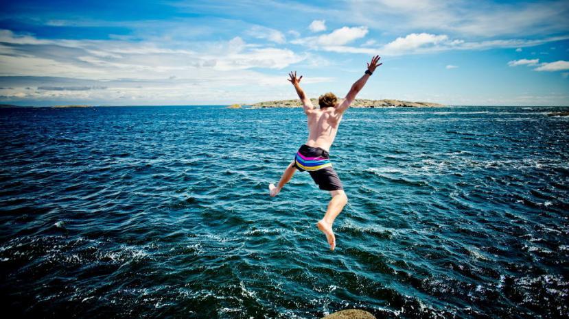 Mange har hengt seg på trenden med å hoppe i havet